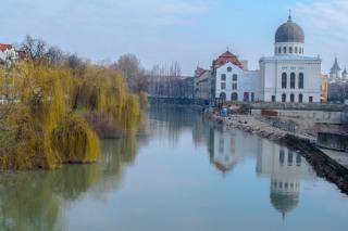 Sinagoga Neologă Sion din Oradea (vedere de pe podul Sf. Ladislau)